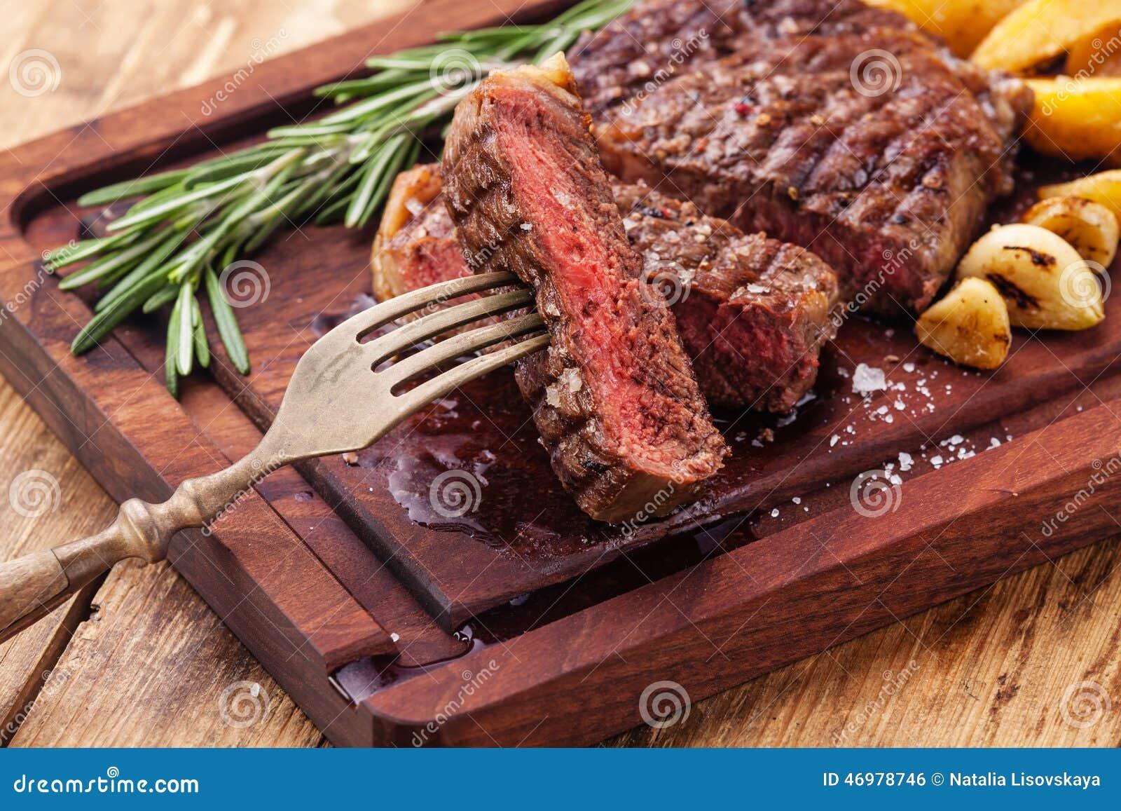 Bife grelhado raro médio cortado Ribeye