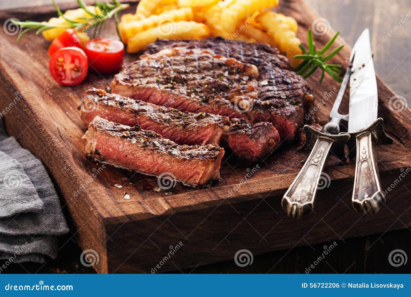 Bife grelhado raro médio cortado Ribeye com batatas fritas