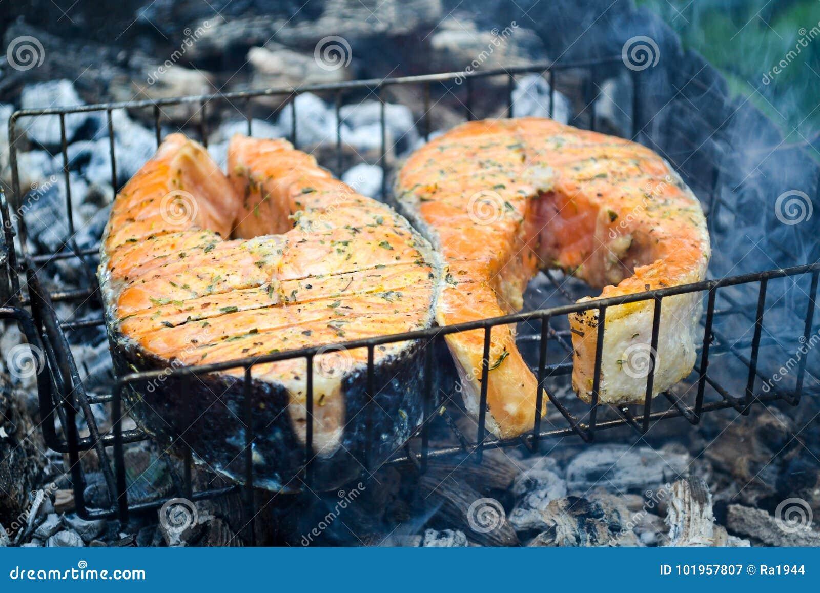 Bife salmon grelhado Grelha, carvões, fumo