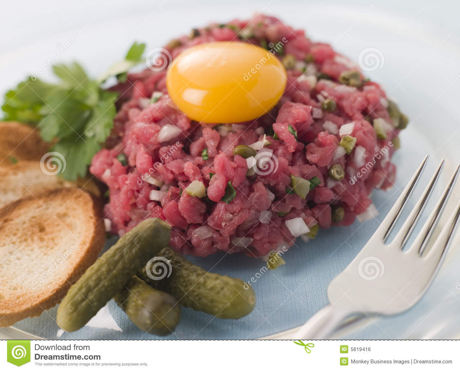 Bife Tartare com Cornichons, fritos de pão e um ovo