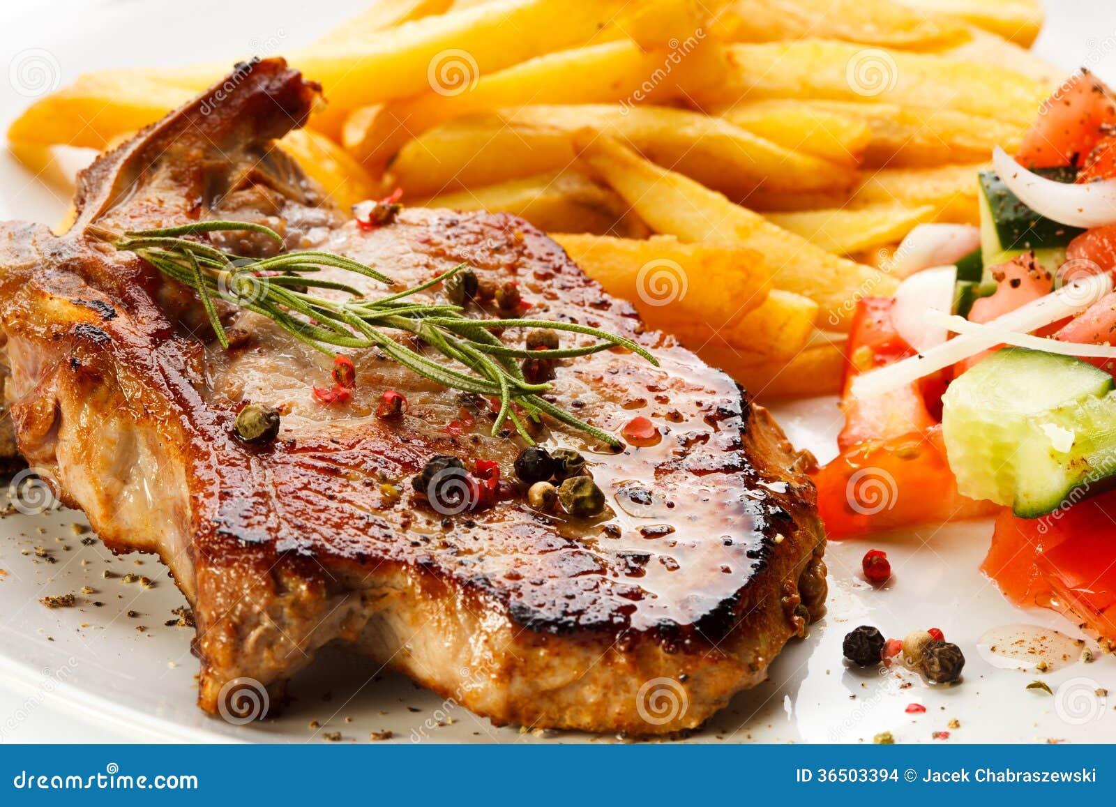 Bifes e batatas fritas grelhados