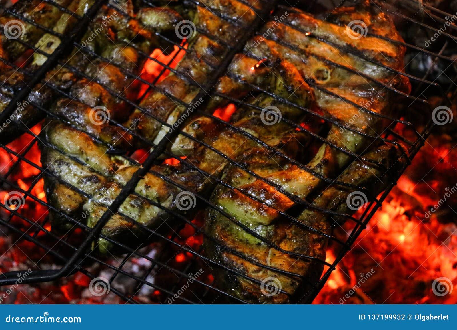 Bifes salmon grelhados em uma grade Grade da chama do fogo Cozinha do restaurante e do jardim