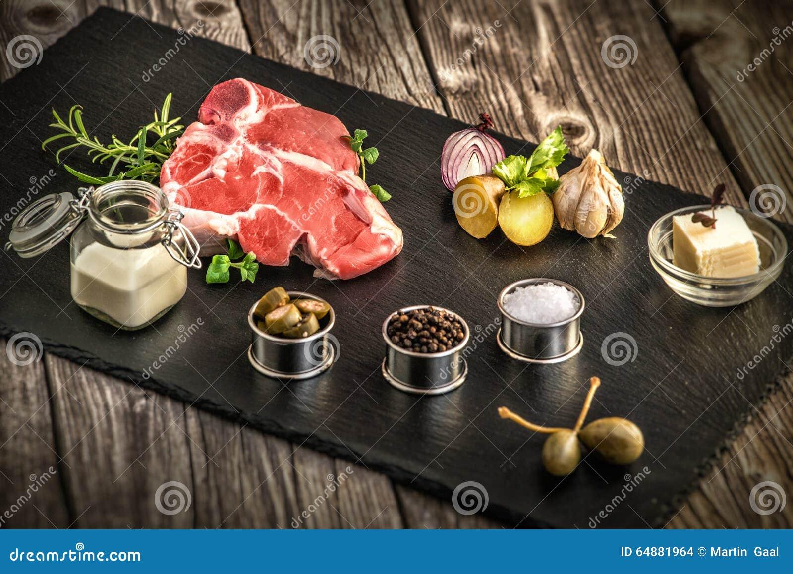 Biff, för oosten för nytt kött platta, gastronomi, vitlök och lök, krydda, rosmarin med kött, smör, wood tabell, tillsatser, prep