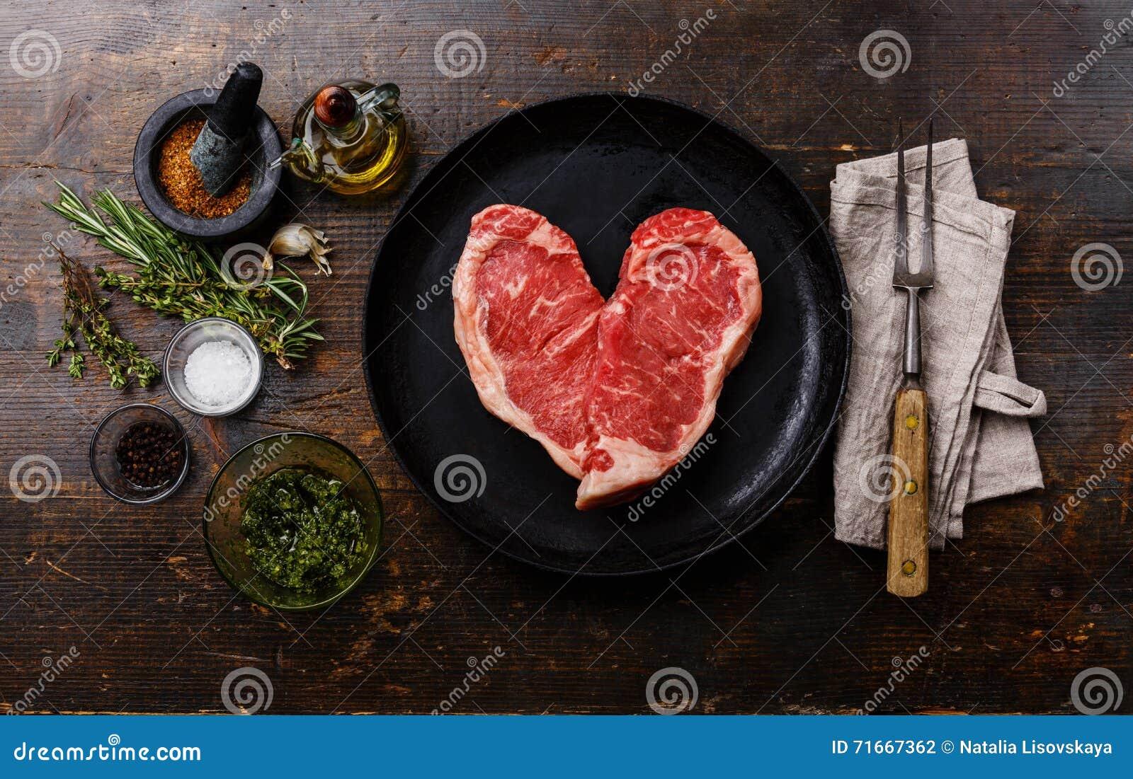 Biff för rått kött för hjärtaform med ingredienser