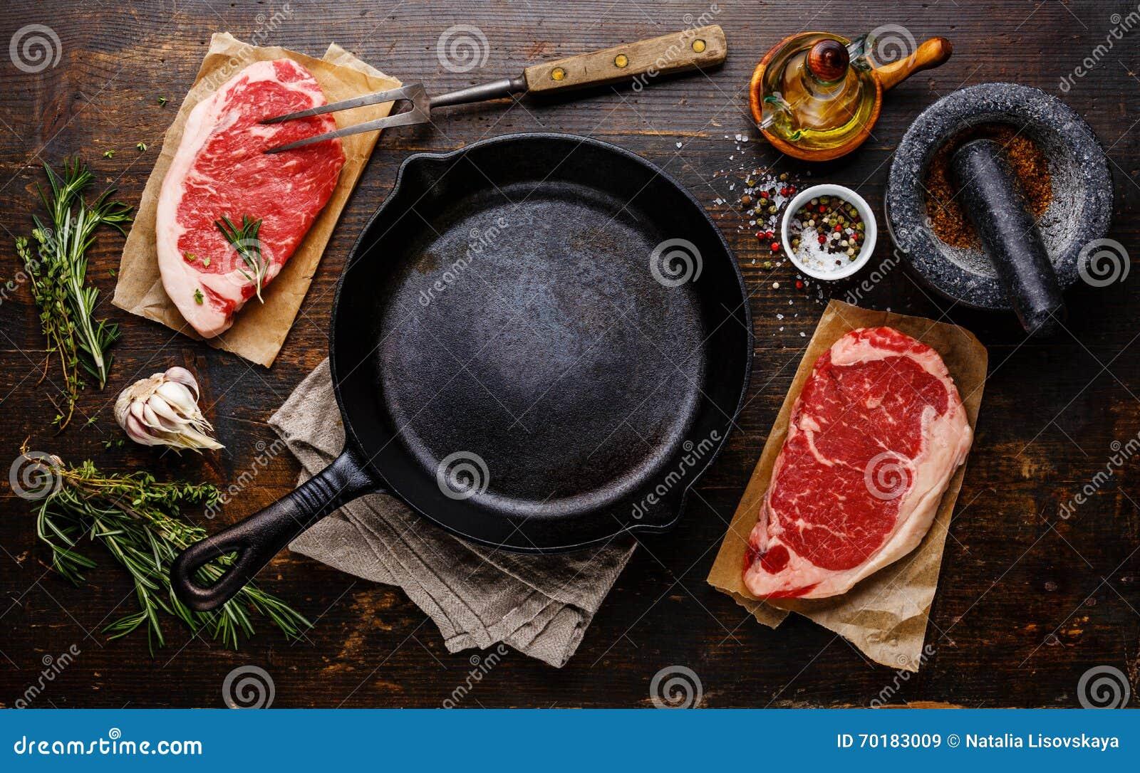 Biff för rått kött med smaktillsatser runt om pannan
