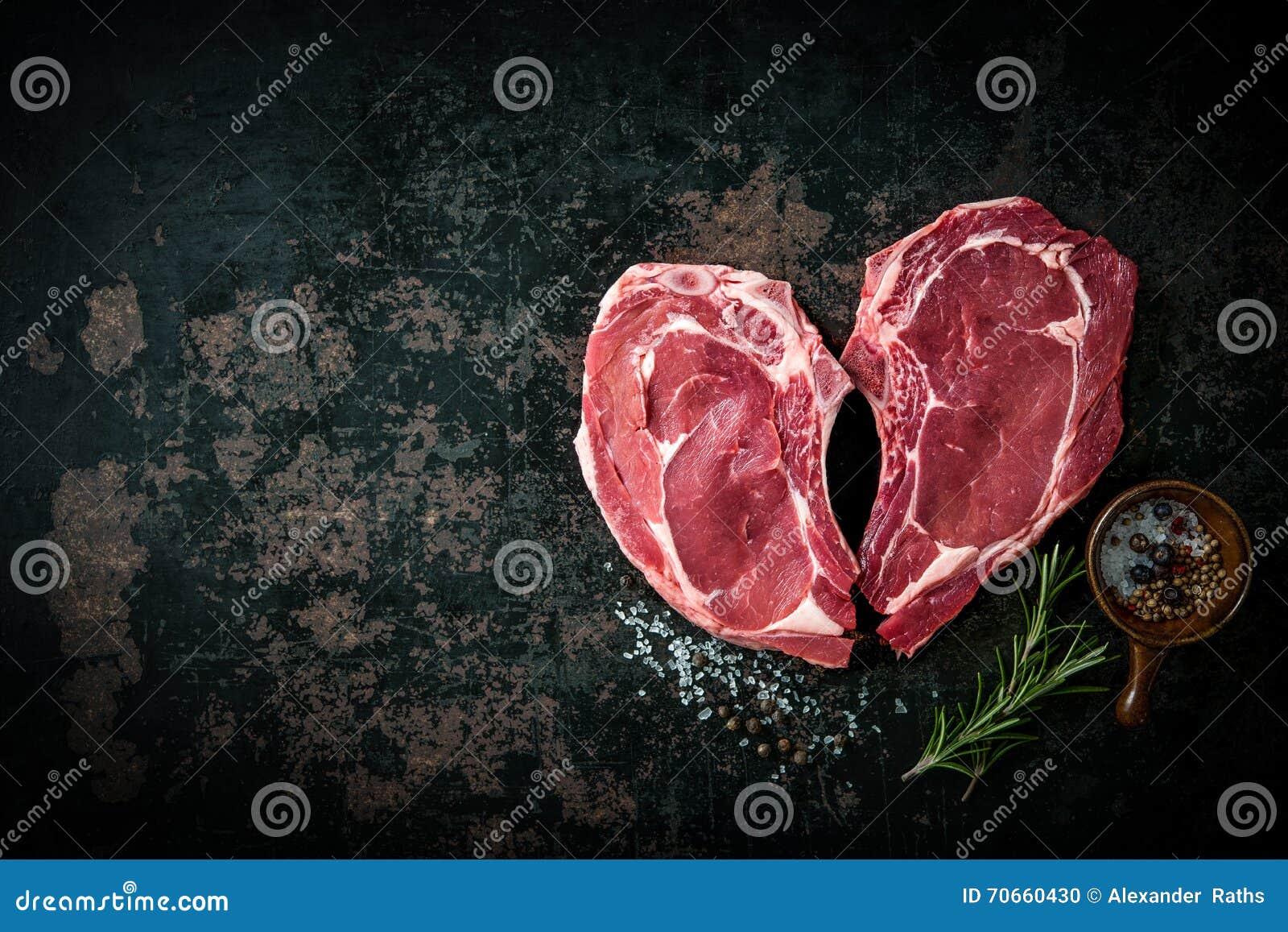 Biffar för kött för kalvkött för hjärtaform rå nya