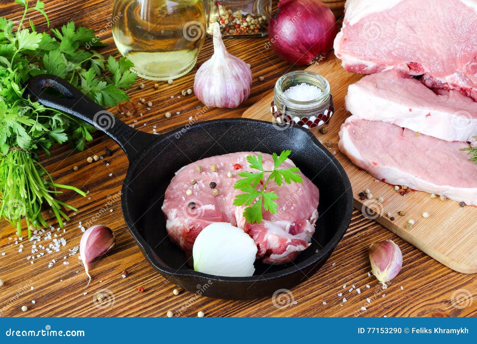 Bifteck cru de porc dans une poêle