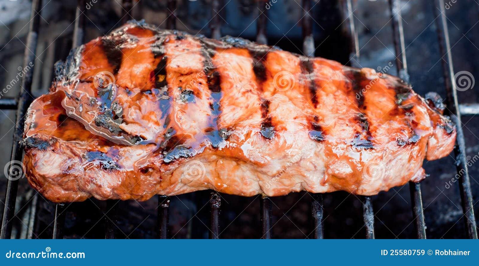 Bifteck de bande juteux de New York sur un gril