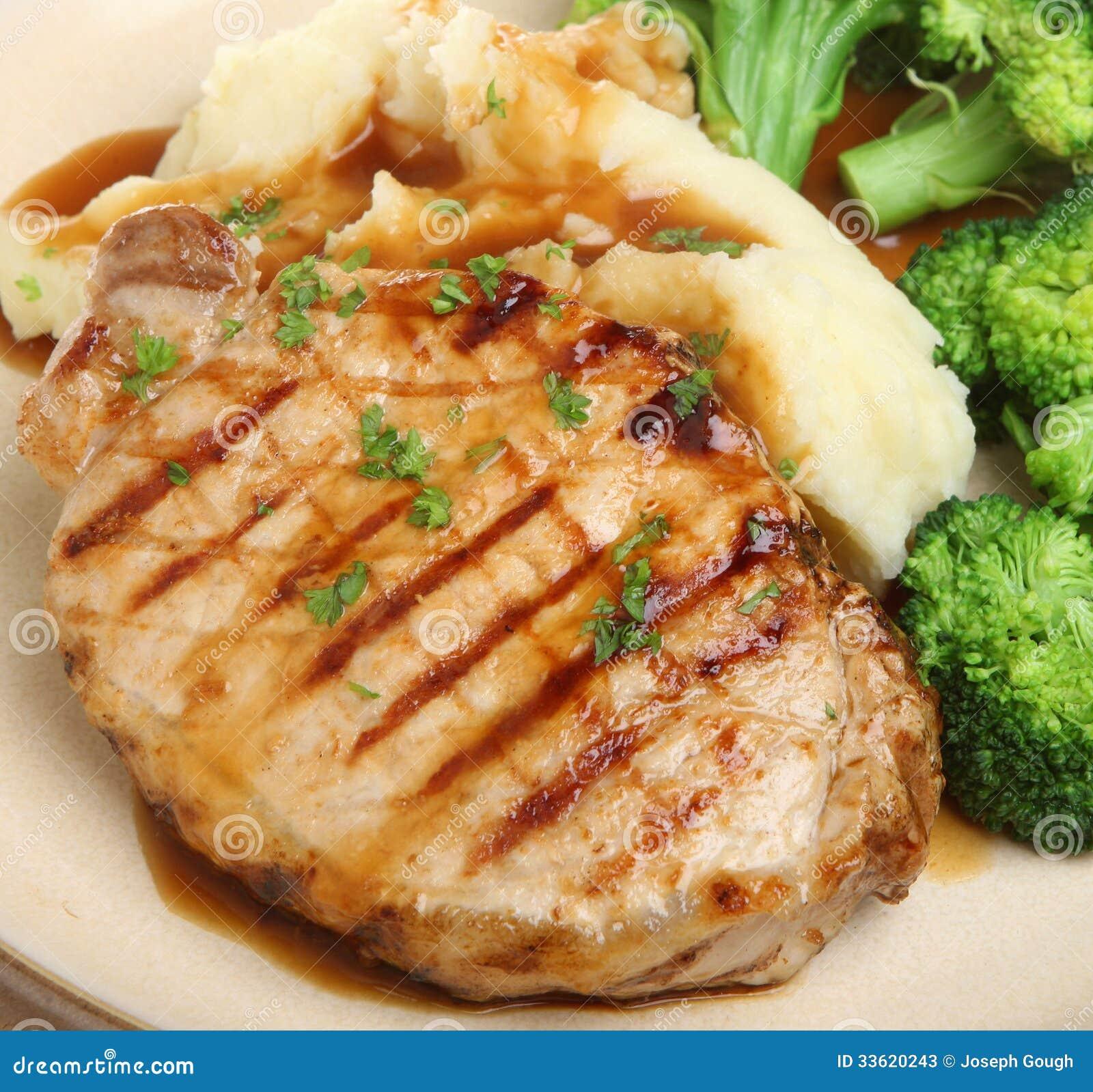 Bifteck de porc avec les légumes et la sauce au jus