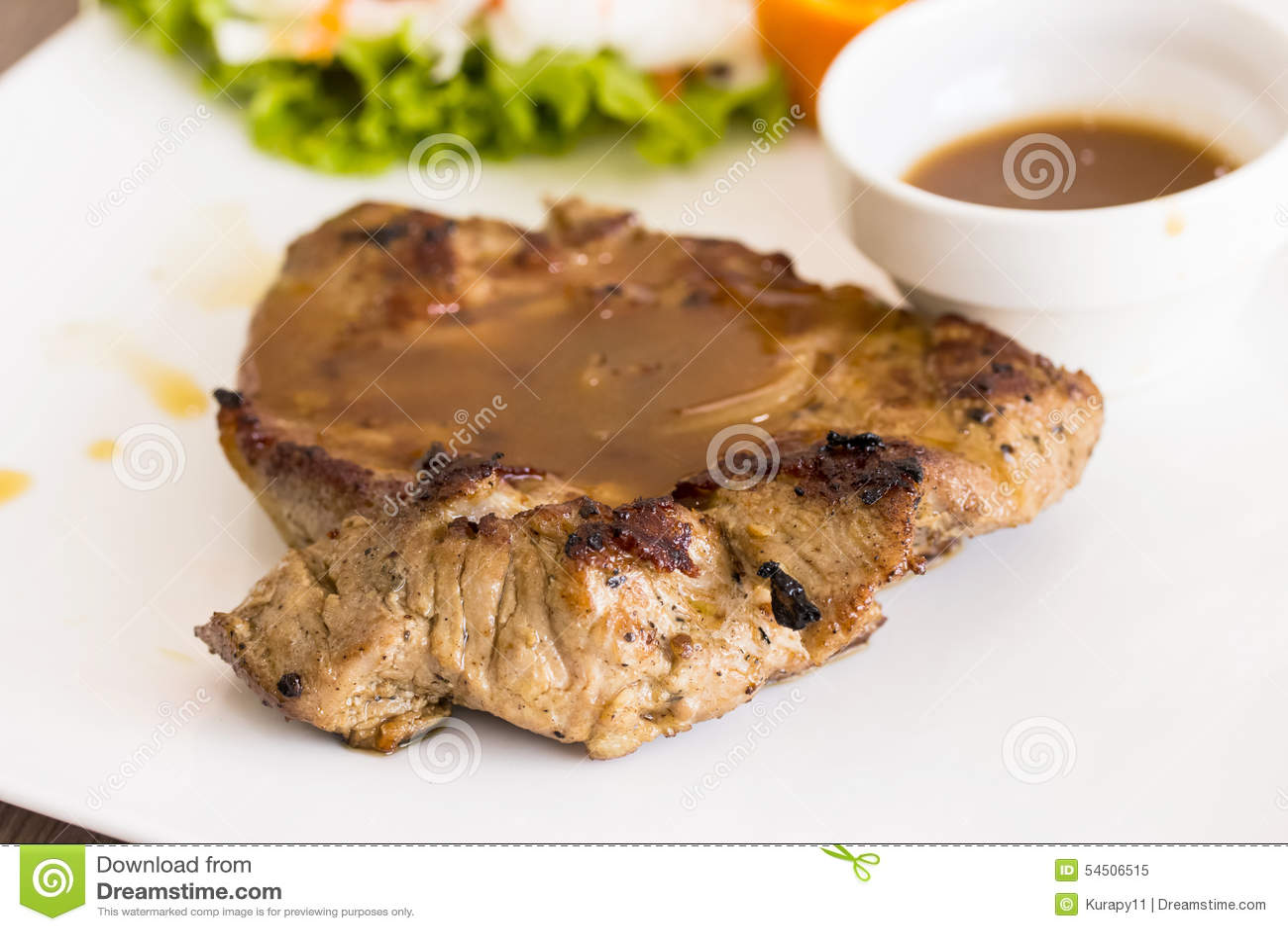 Bifteck de porc d un plat blanc