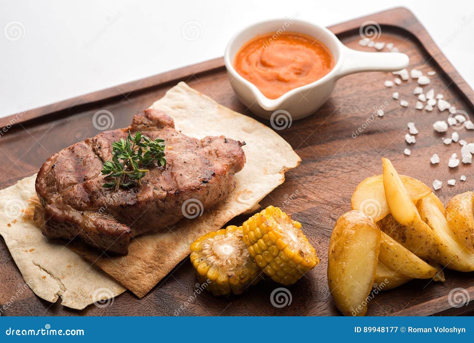 Bifteck de porc sur un pain pita