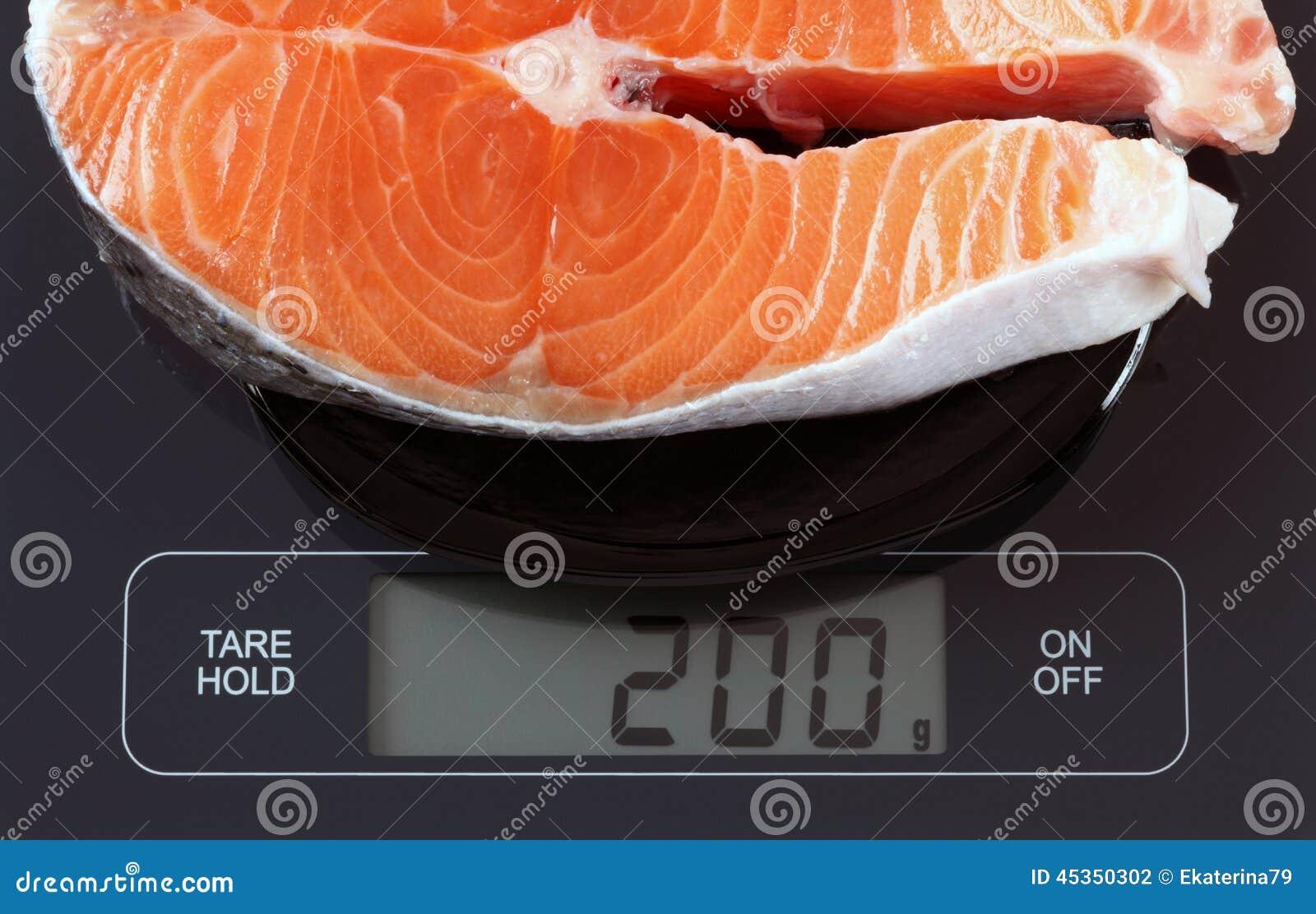 Bifteck des poissons saumonés sur l échelle de cuisine