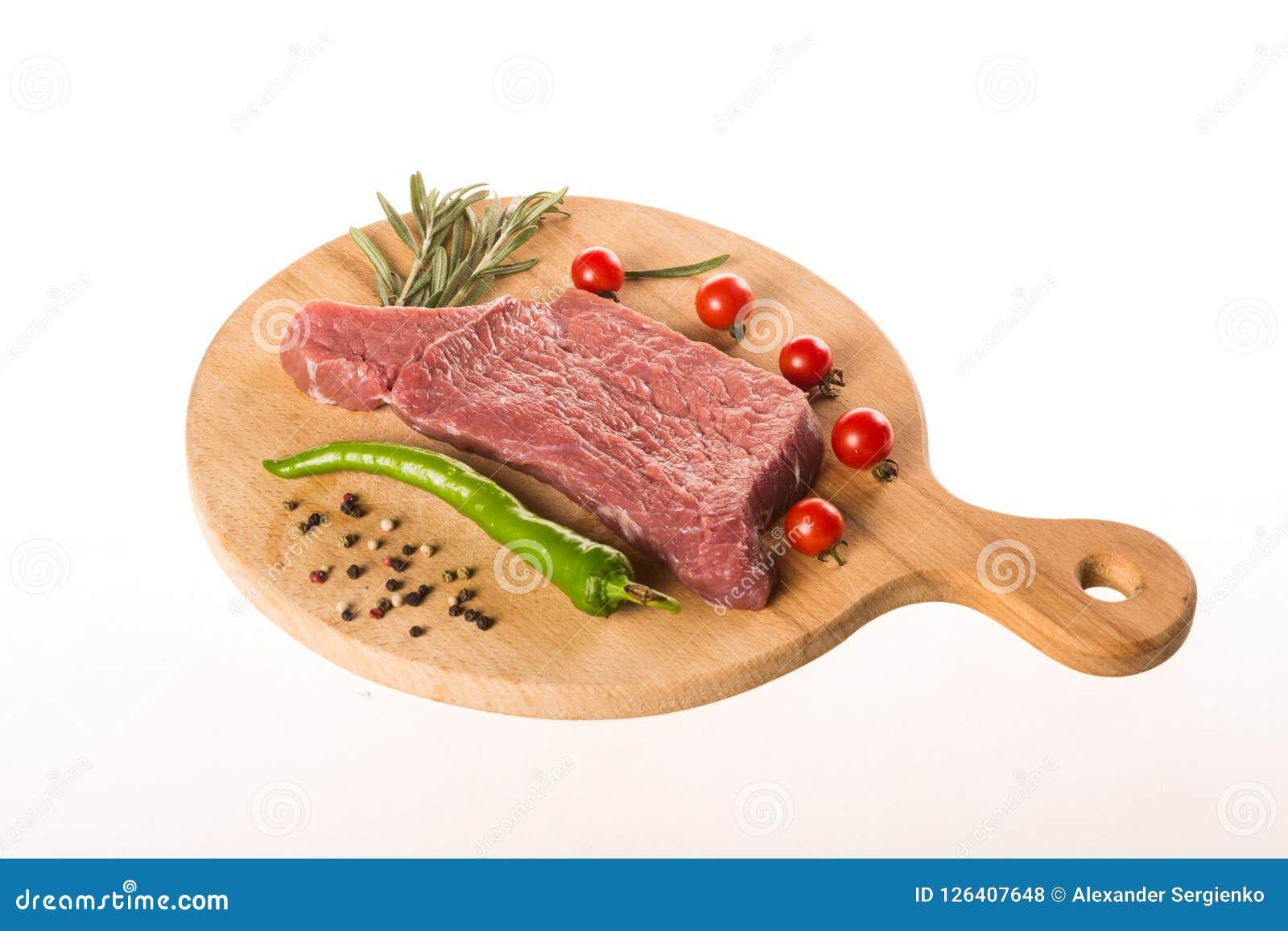 Bifteck frais avec les épices et le plan rapproché d herbes
