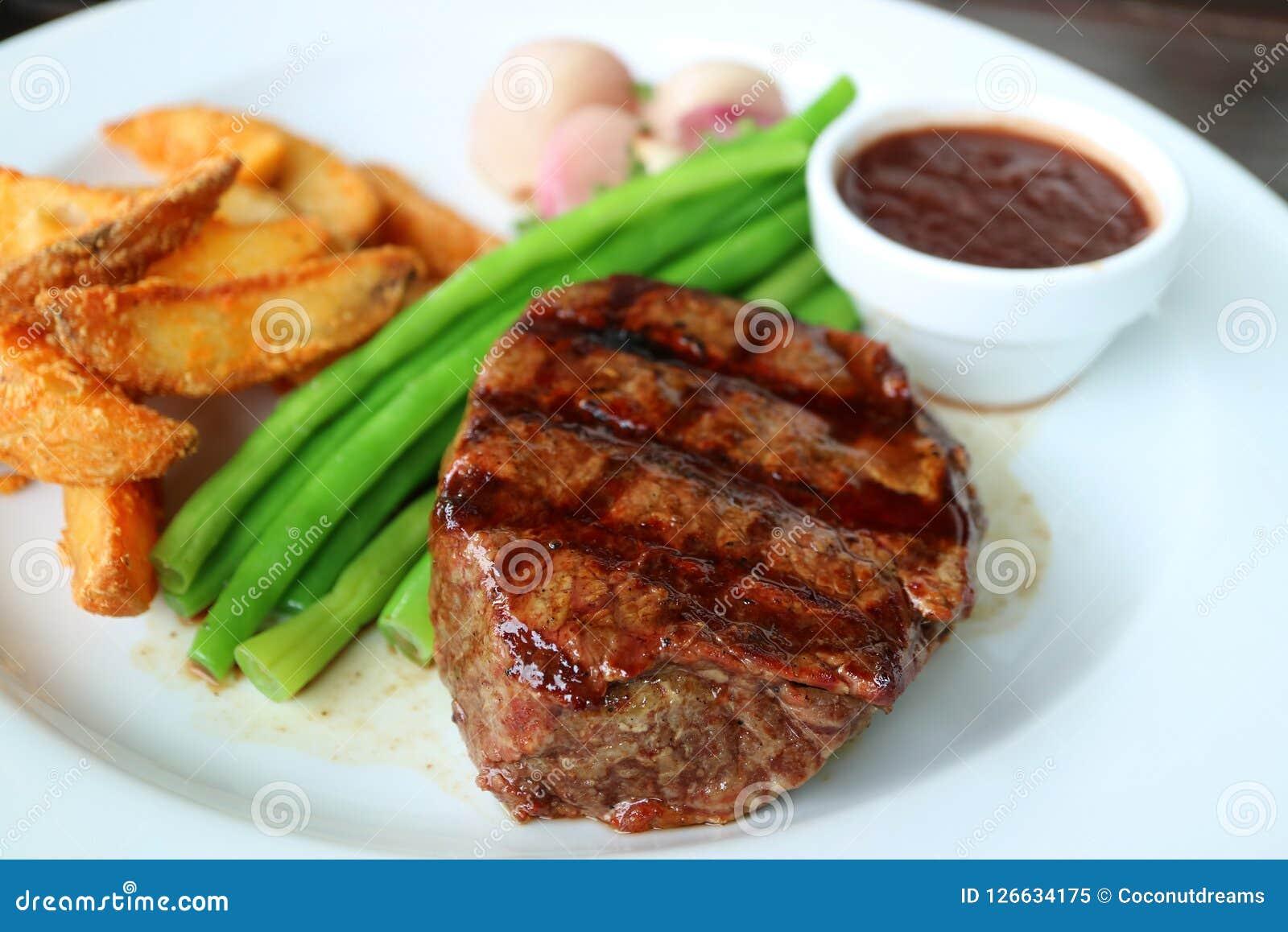 Bifteck grillé de filet avec le légume et le Fried Potato cuits à la vapeur brouillés à l arrière-plan