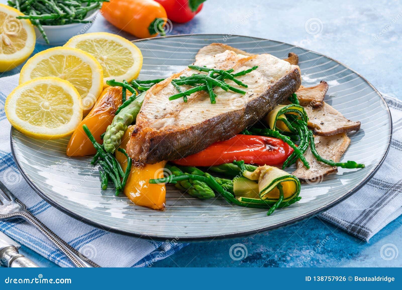 Bifteck grillé de flétan avec des légumes