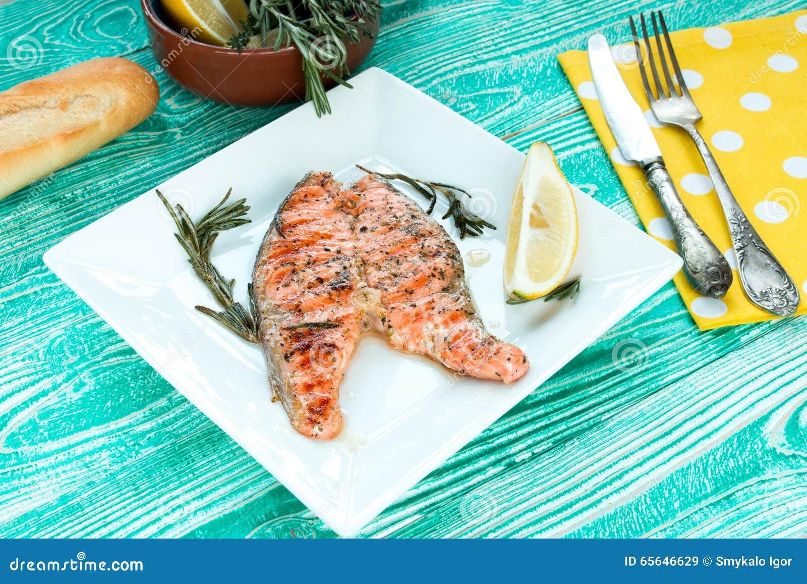 Bifteck grillé des saumons