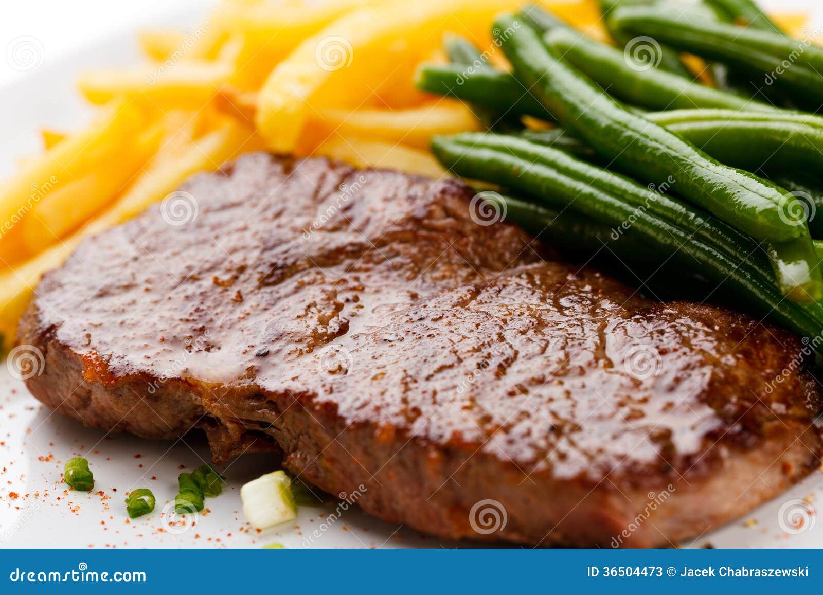 Bifteck grillé, pommes frites et haricot vert