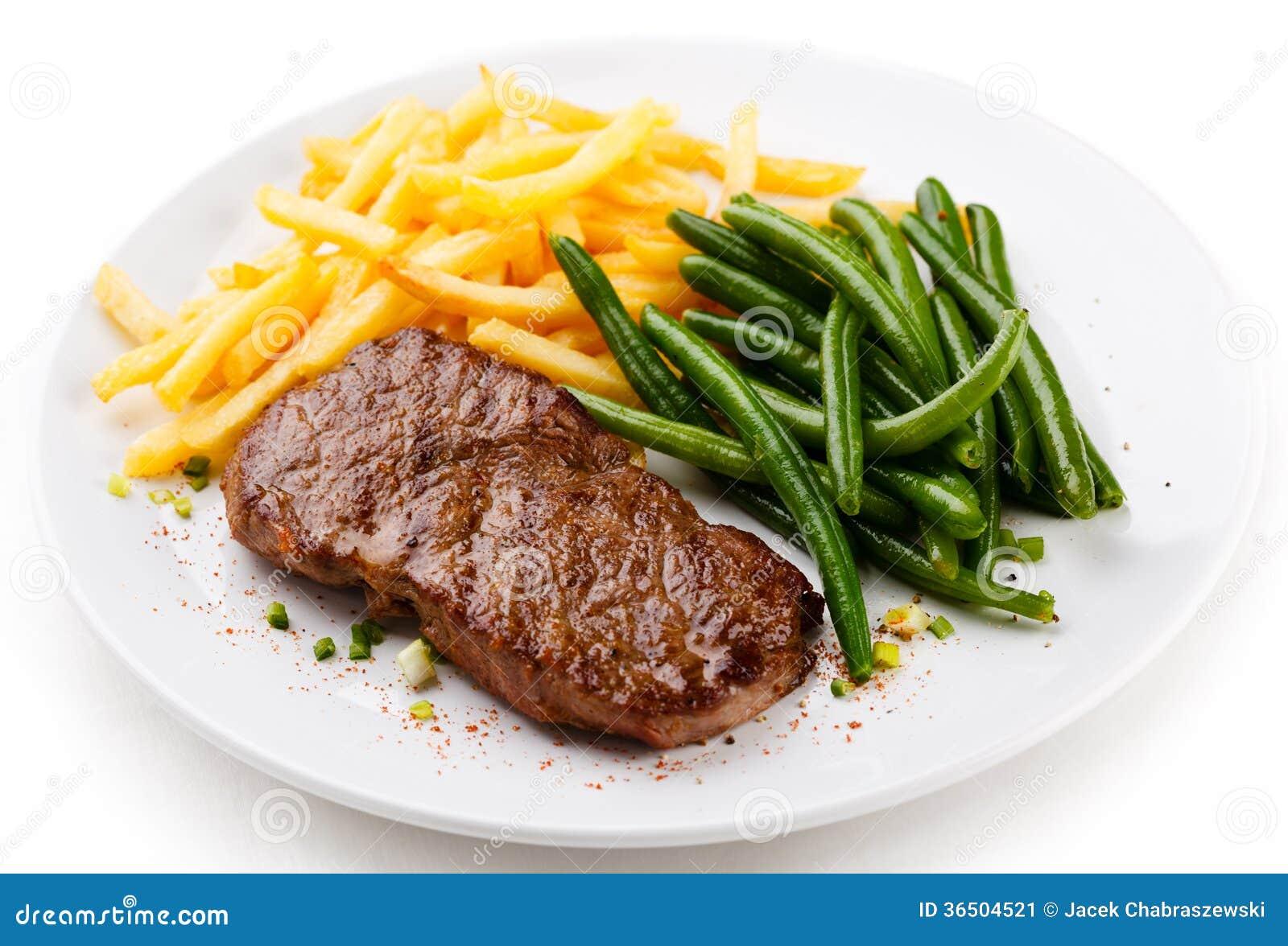 Bifteck grillé, pommes frites et haricots verts