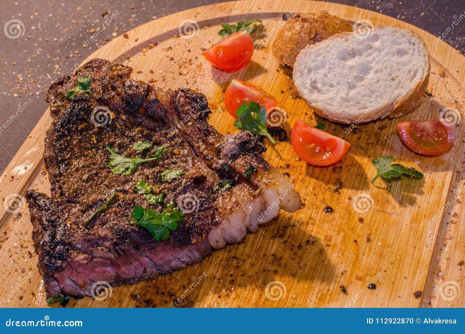 Bifteck rôti de porc avec du pain français et le persil sur le dessus