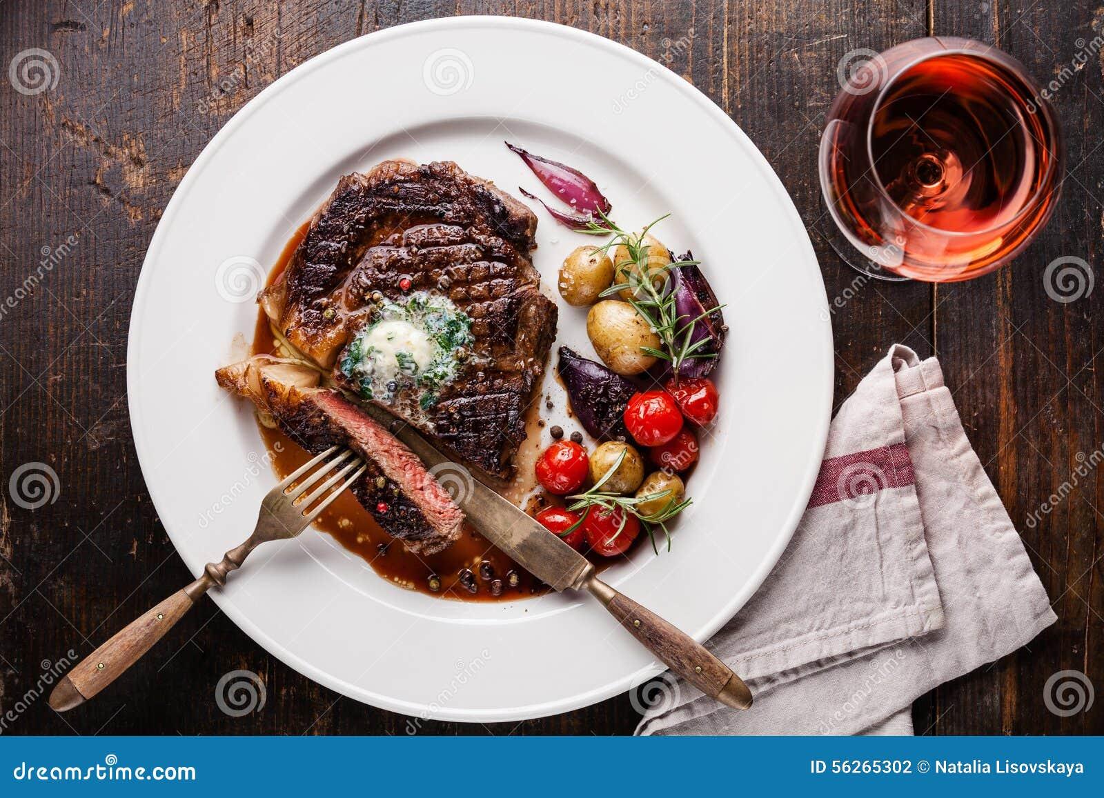 Bifteck Ribeye avec des pommes de terre de beurre persillé et de bébé