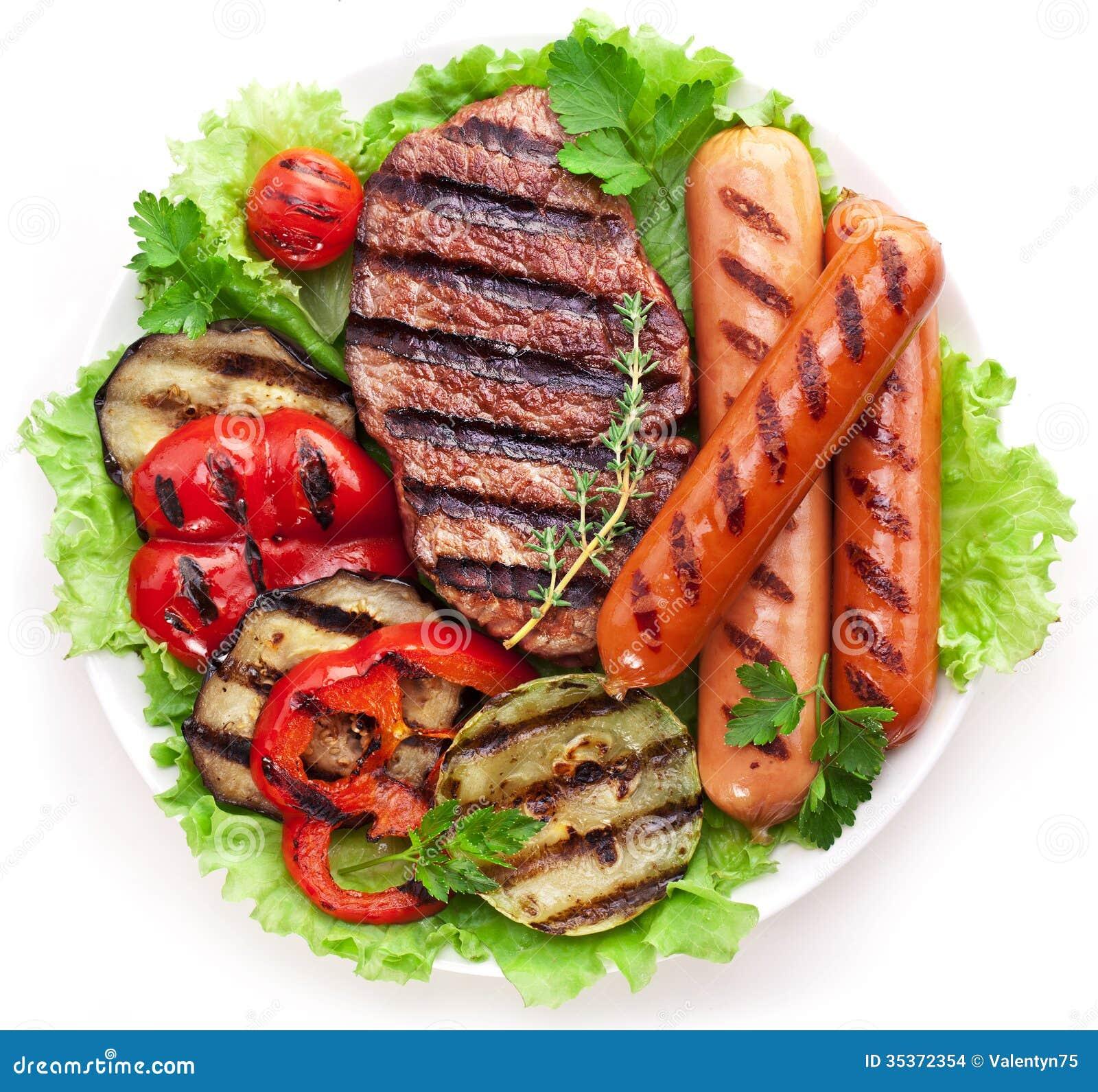 Bifteck, saucisses et légumes grillés.