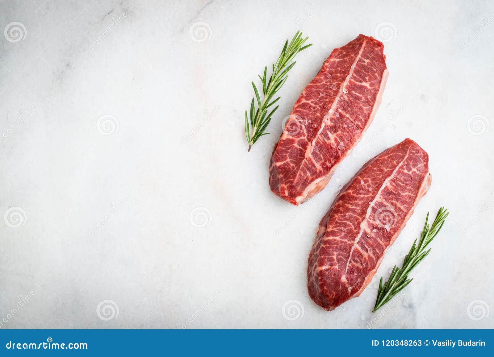 Biftecks crus de lame de dessus de viande fraîche sur le fond clair Vue supérieure avec l espace de copie
