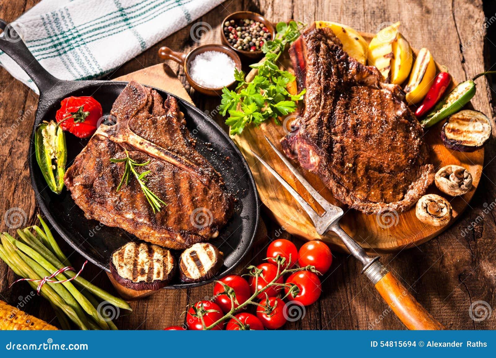 Biftecks de boeuf avec les légumes grillés