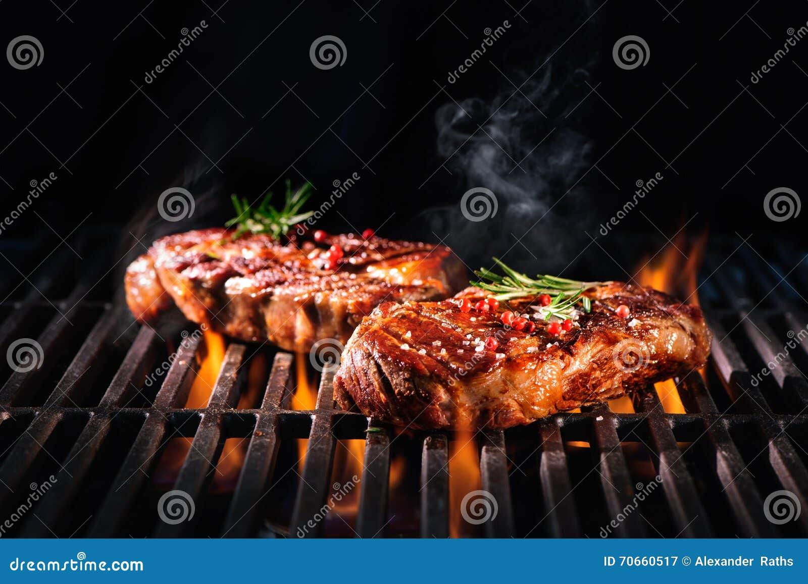 Biftecks de boeuf sur le gril