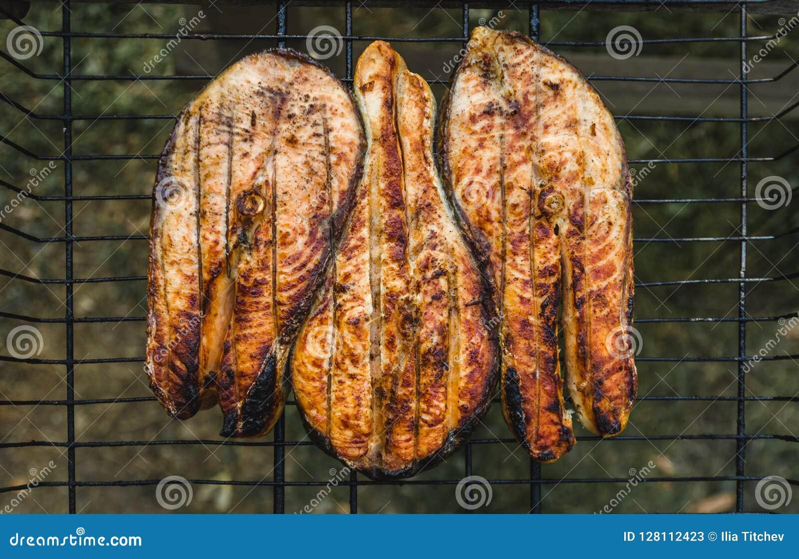 Biftecks des saumons rasted sur le gril