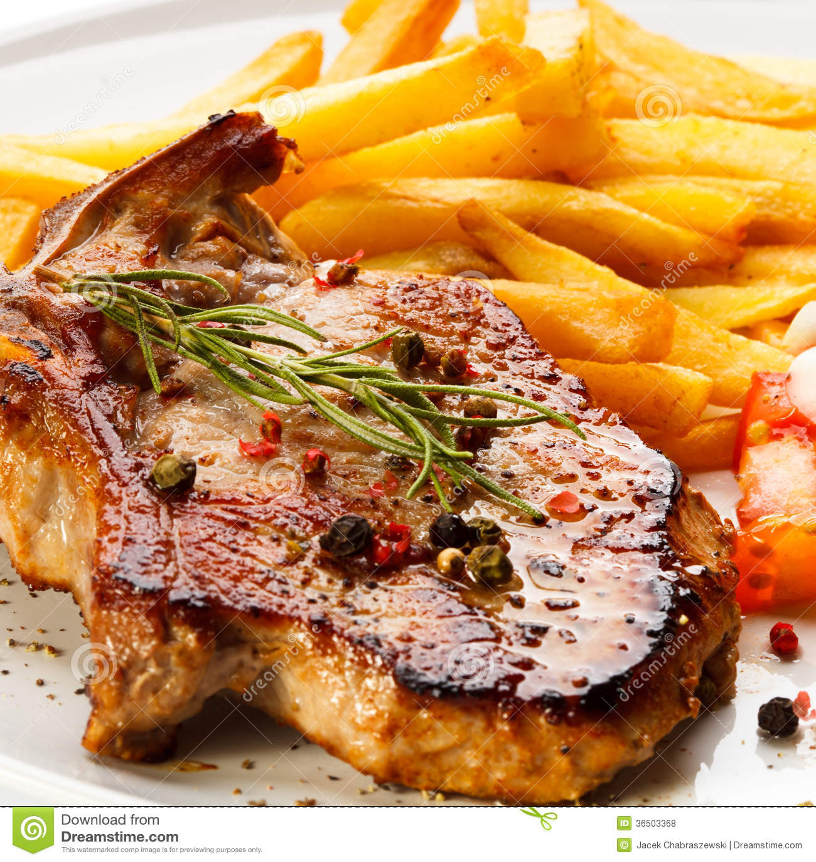 Biftecks et pommes frites grillés
