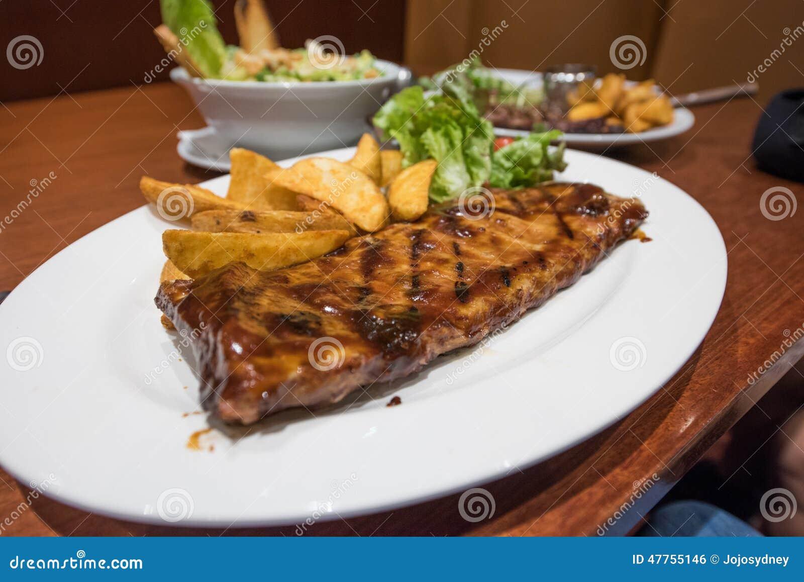 Biftecks, pommes frites et légumes grillés