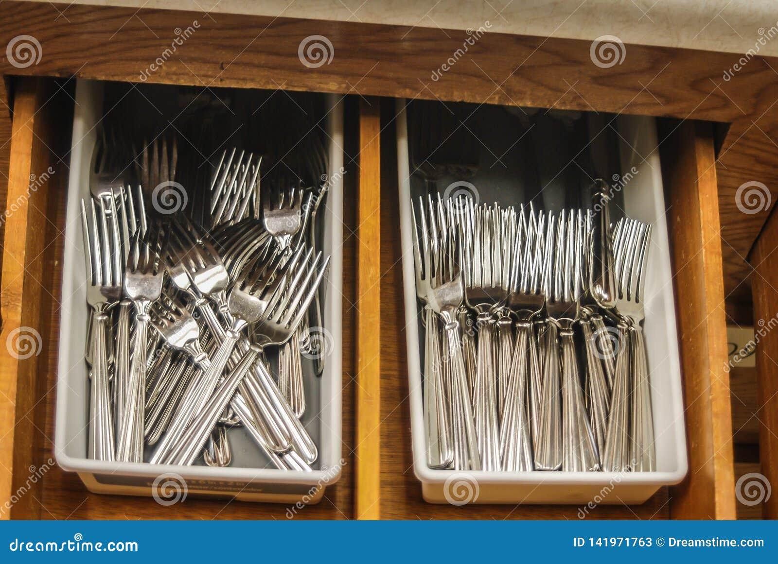 Bifurcaciones dentro del cajón de la cocina