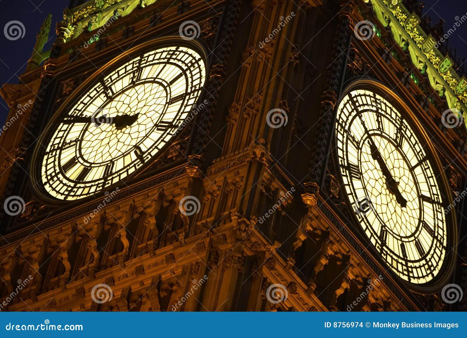 Big Ben belichtet nachts, London, England