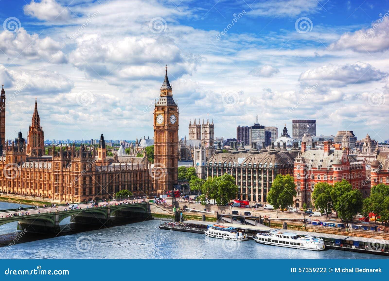Big Ben, de Brug van Westminster op Rivier Theems in Londen, het UK Zonnige dag