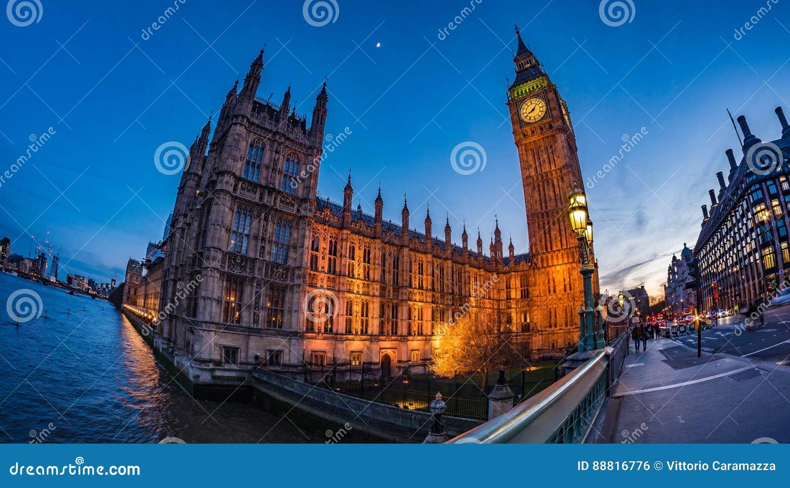 Big Ben e la Camera del Parlamento a Londra dopo il tramonto