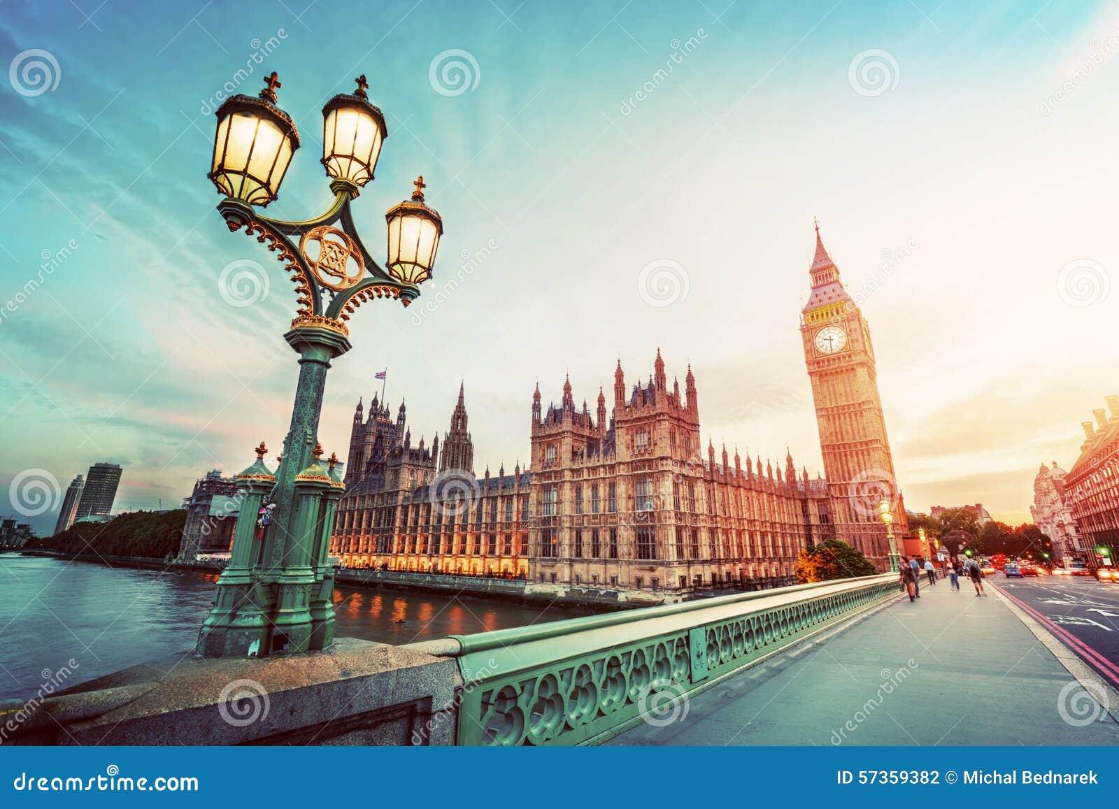 Big Ben, London Großbritannien bei Sonnenuntergang Retro- Straßenlaternelicht auf Westminster-Brücke weinlese