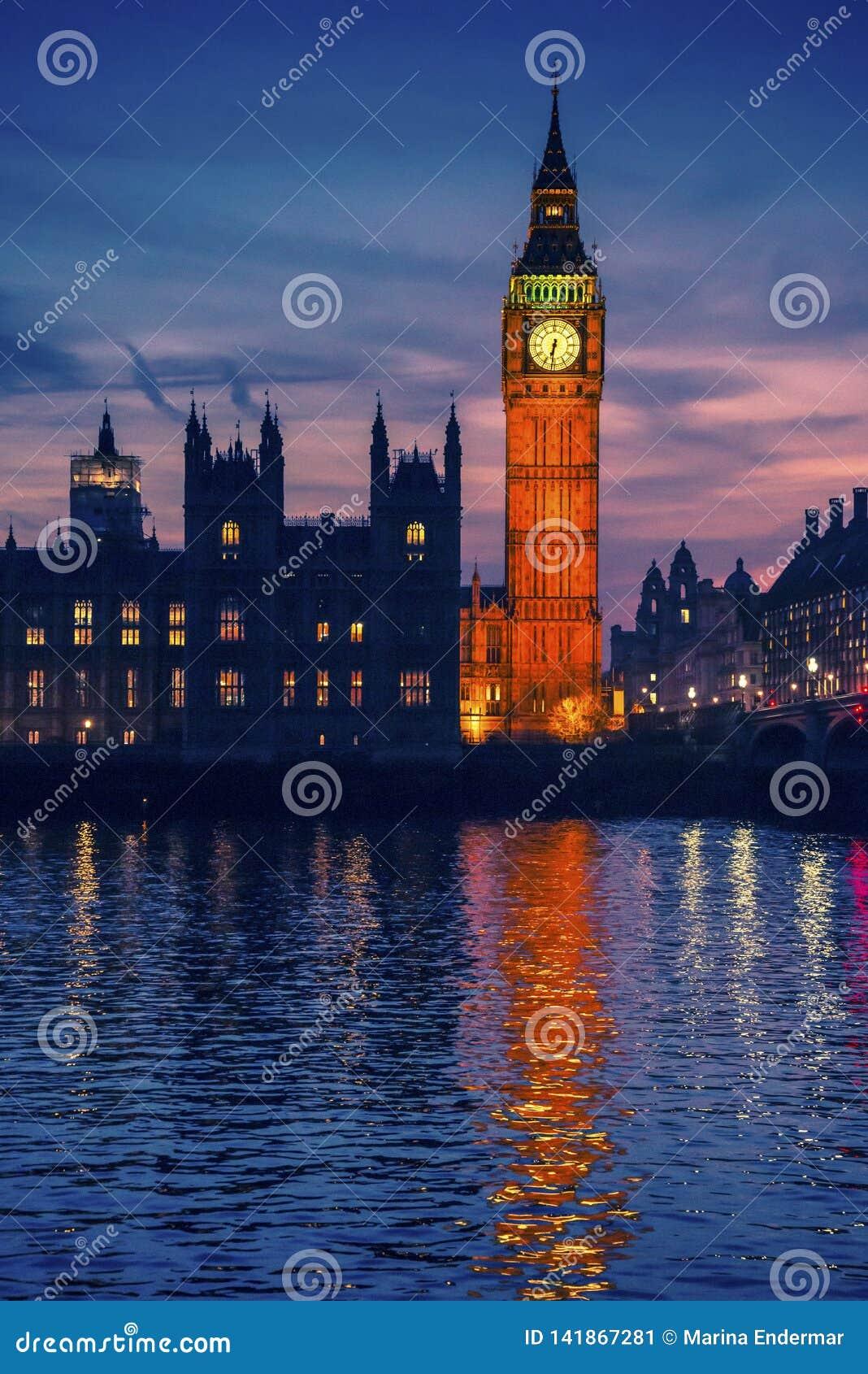 Big Ben y cielo cambiante en la noche, Londres, Reino Unido