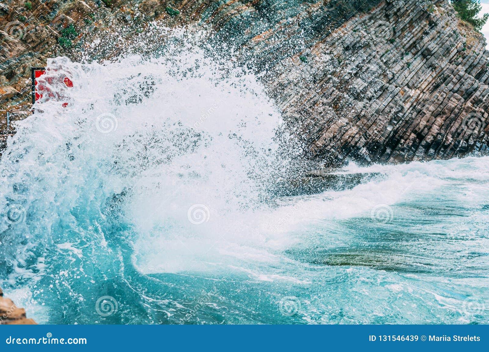 Big wave beats on the rocks