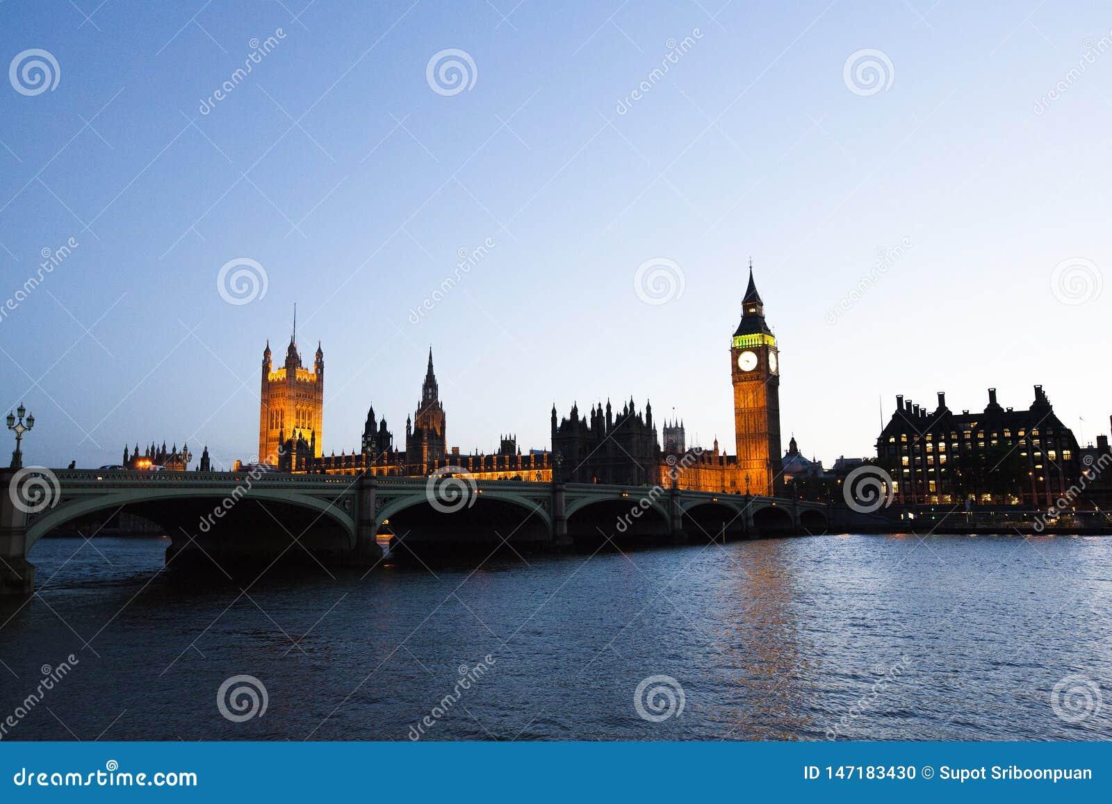 Bigben l orologio con costruzione sopra loro fiume