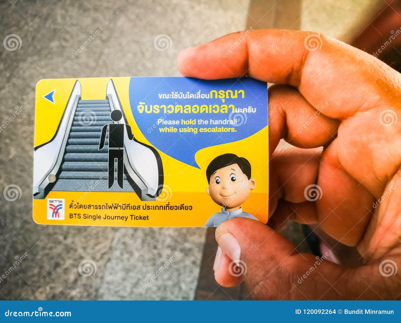 Biglietto di treno ferroviario della metropolitana di BTS con la tenuta della mano dell uomo