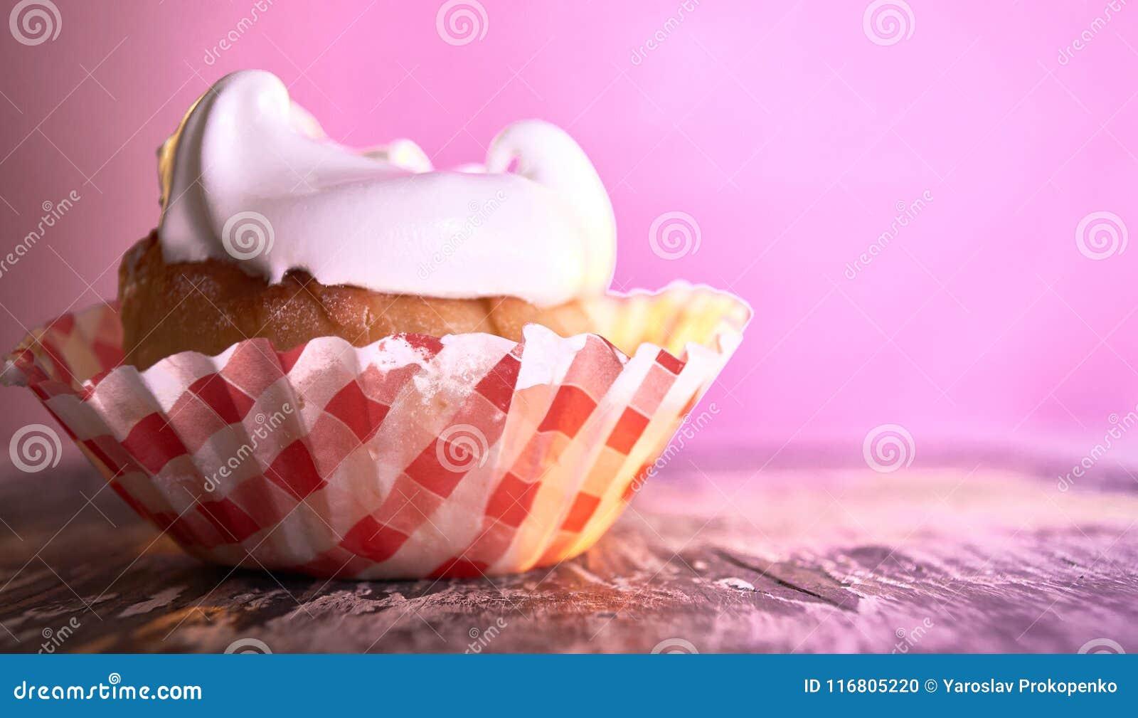Bigné con crema su un fondo pastello su una tavola di legno
