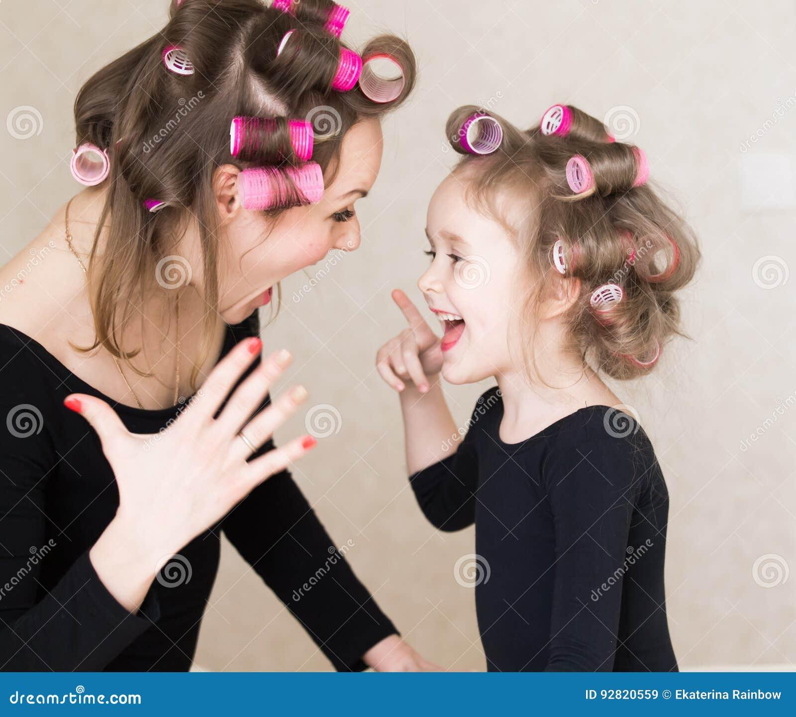 vêtements pleurant petite de La de Verticale d'amusement a le longs fille et rouleau de sous combies bigoudis visage femme robe cheveux belles de noire g18gS