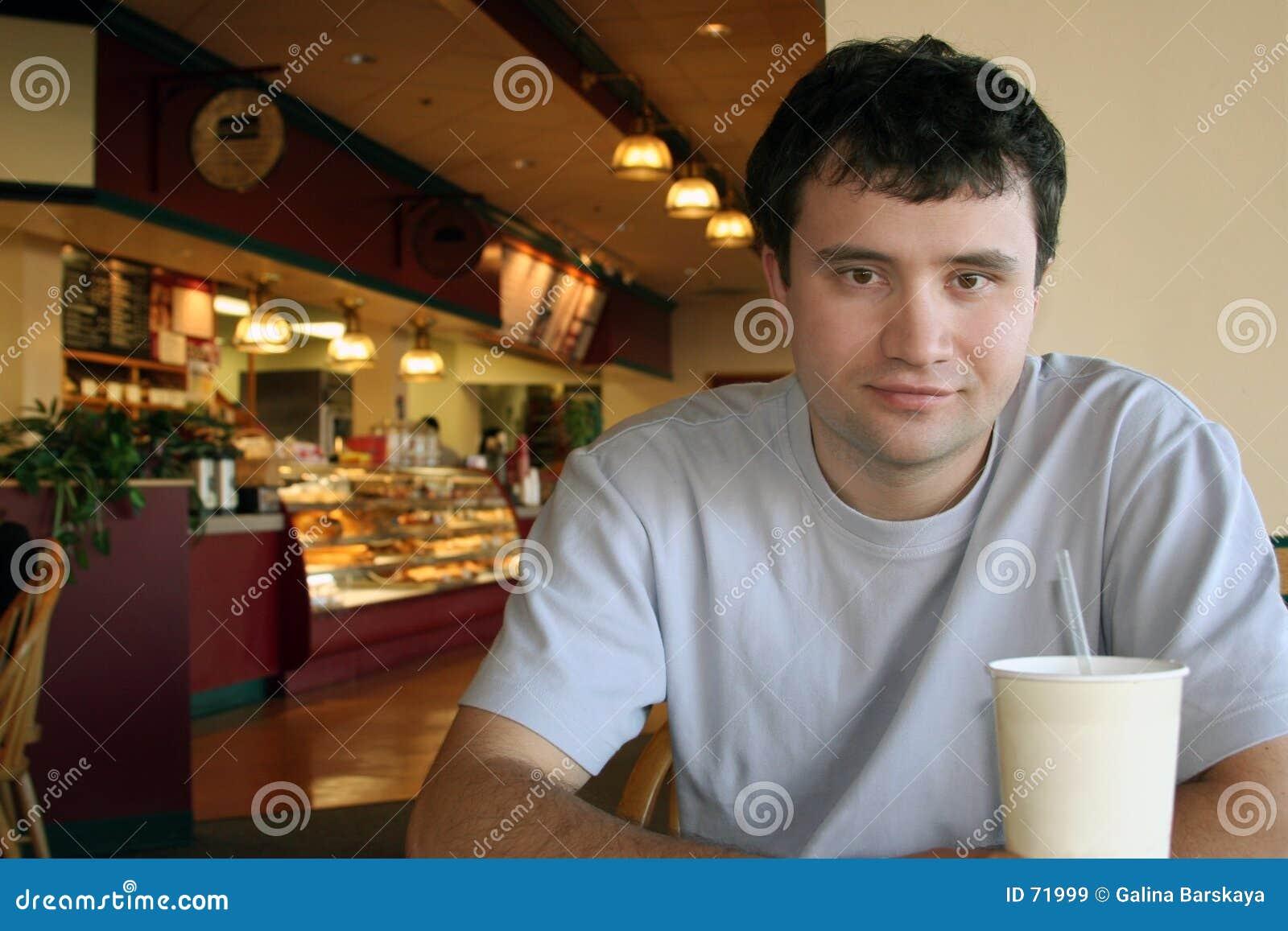 Bij een koffiewinkel