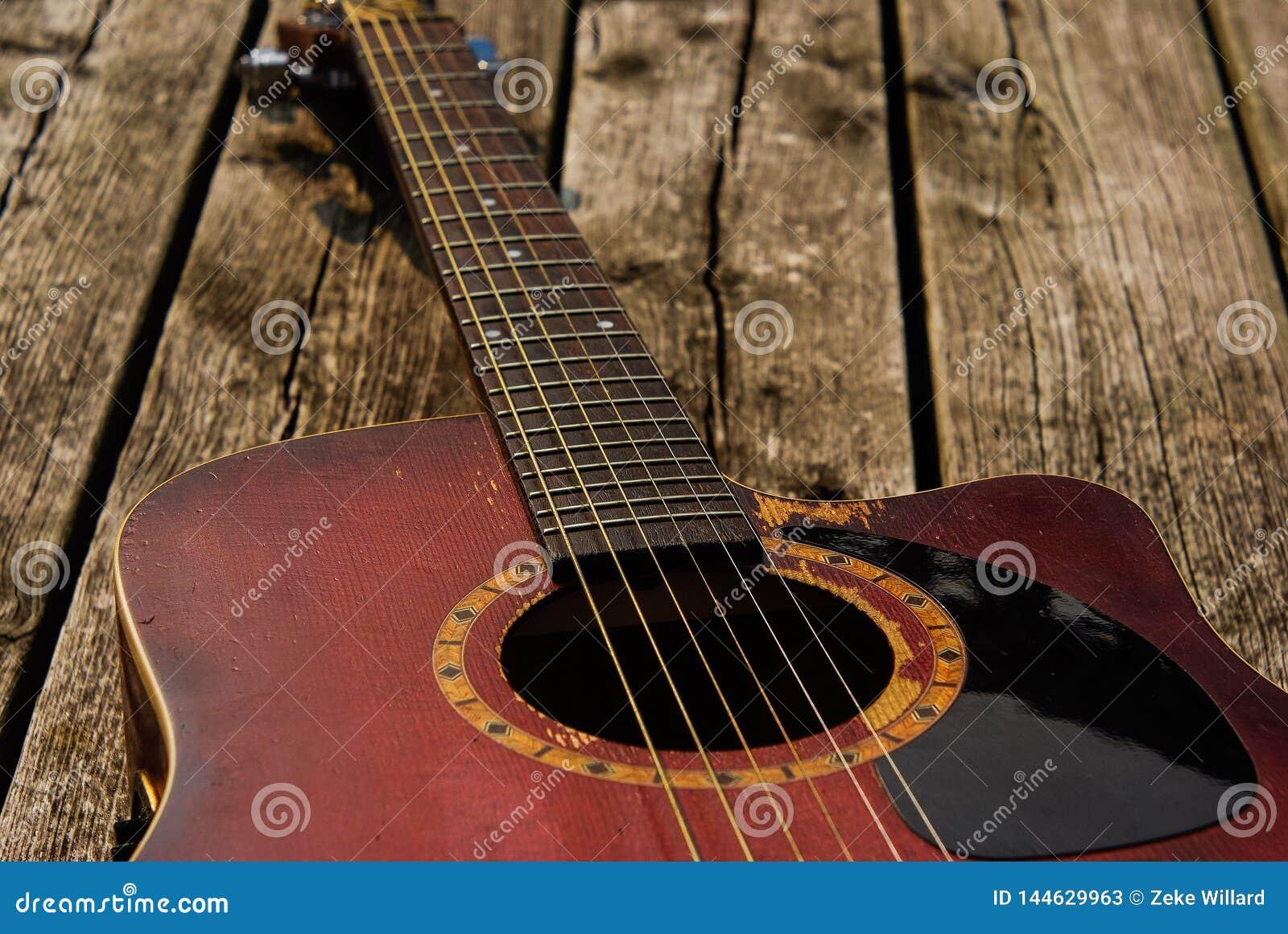 Bije w górę czerwonej gitary akustycznej