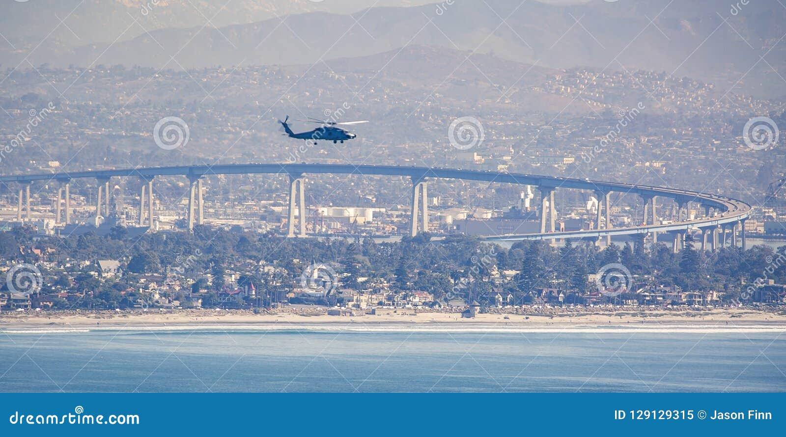 Bijl in de hemel van San Diego over Coronado-Brug