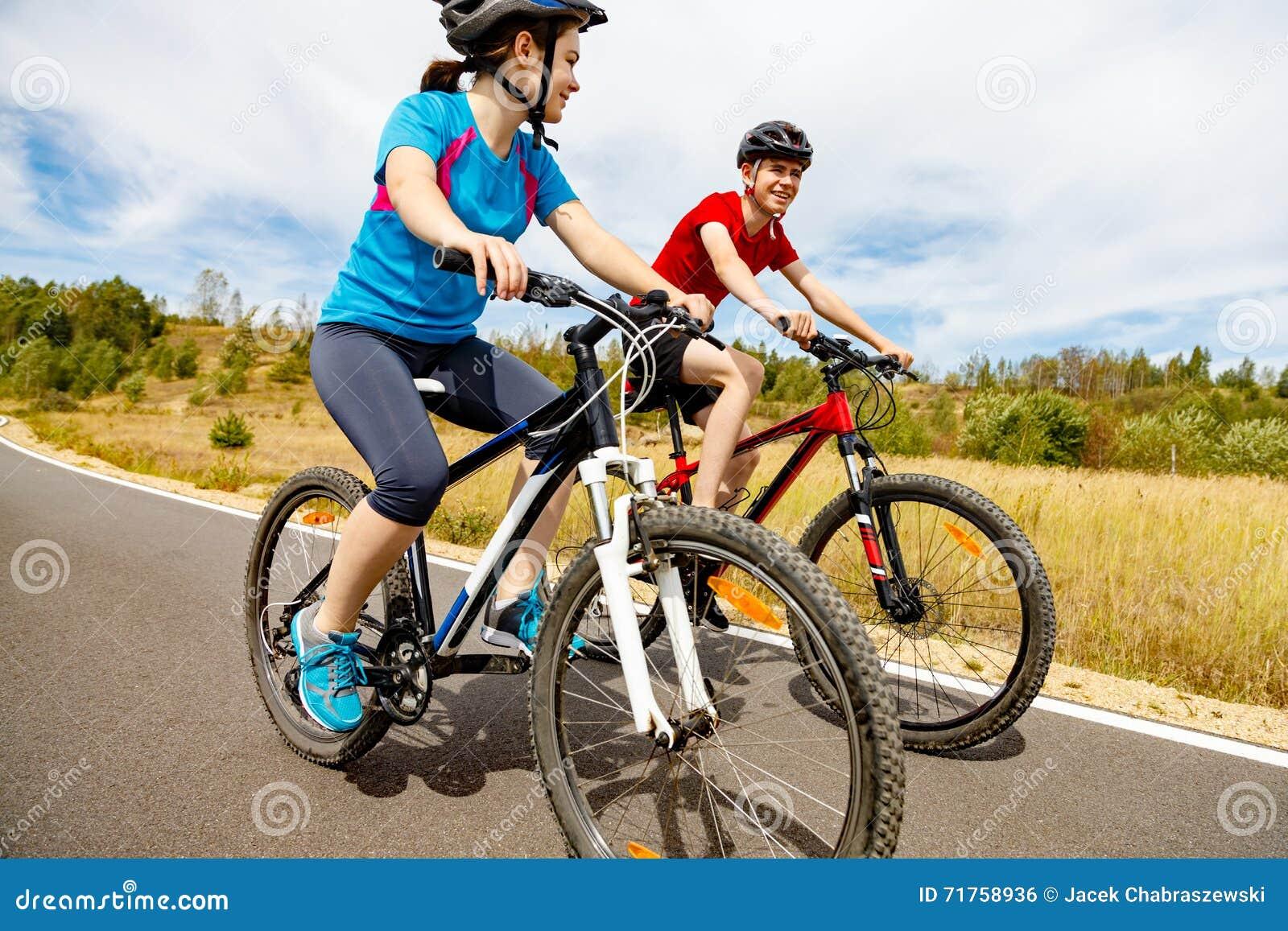 Biking κορίτσι αγοριών