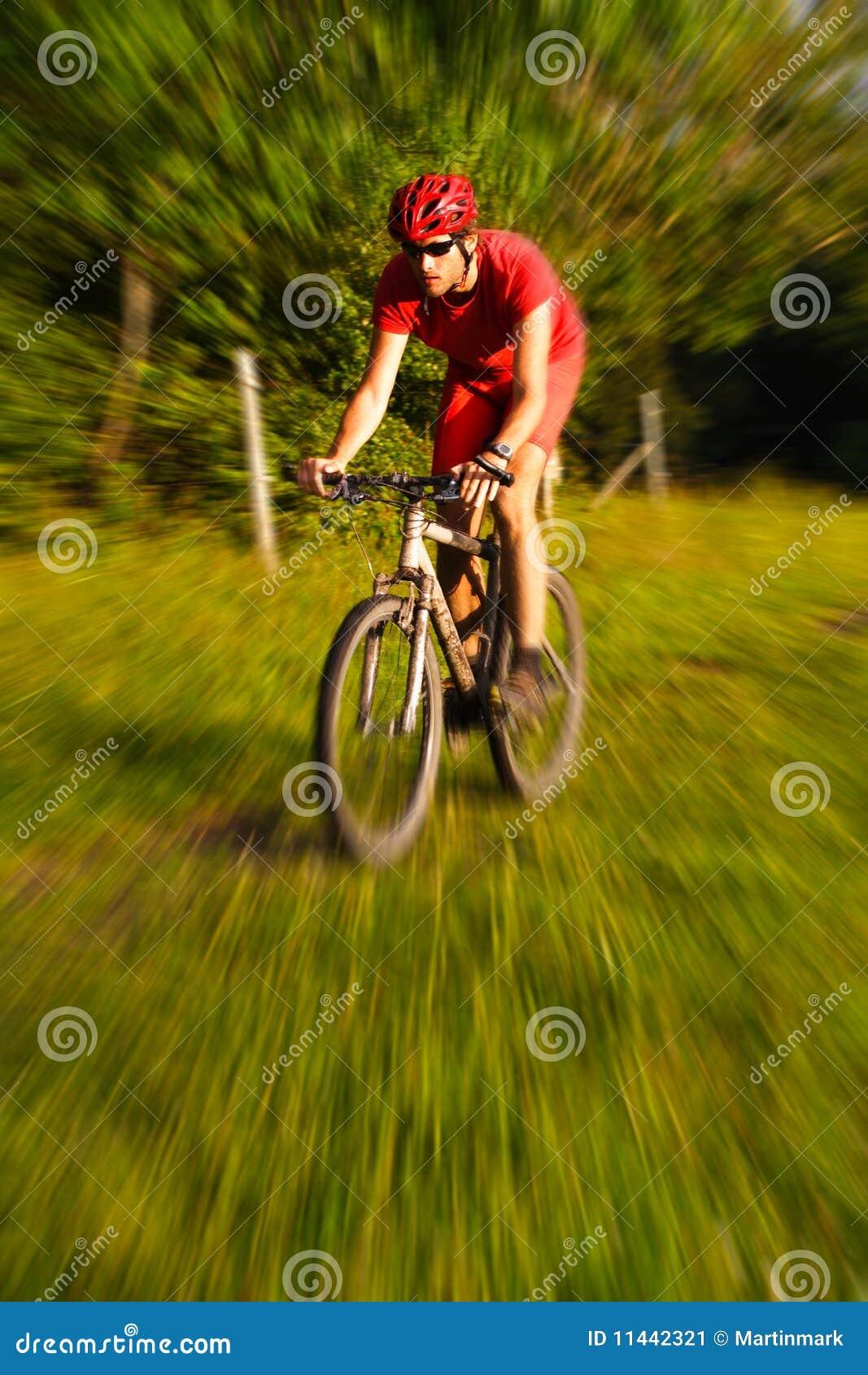 Biking della montagna dell 39 uomo immagine stock immagine for Planimetrie della caverna dell uomo