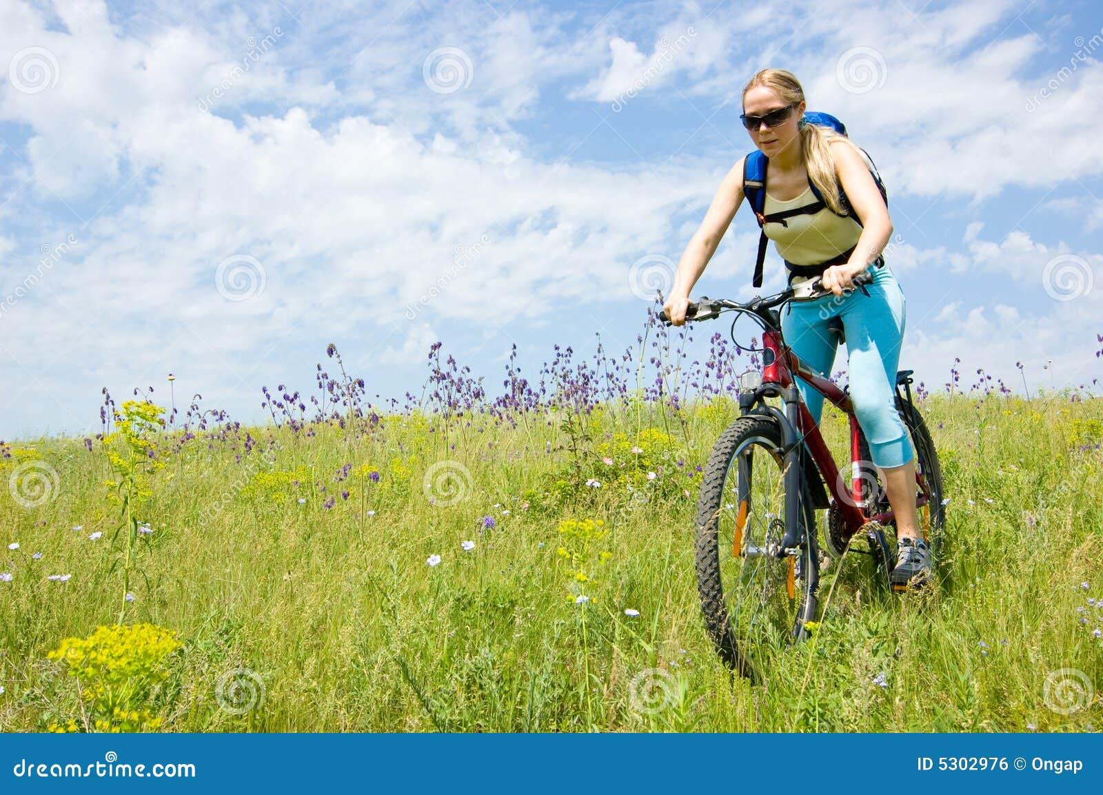 Download Biking della ragazza fotografia stock. Immagine di sorridere - 5302976