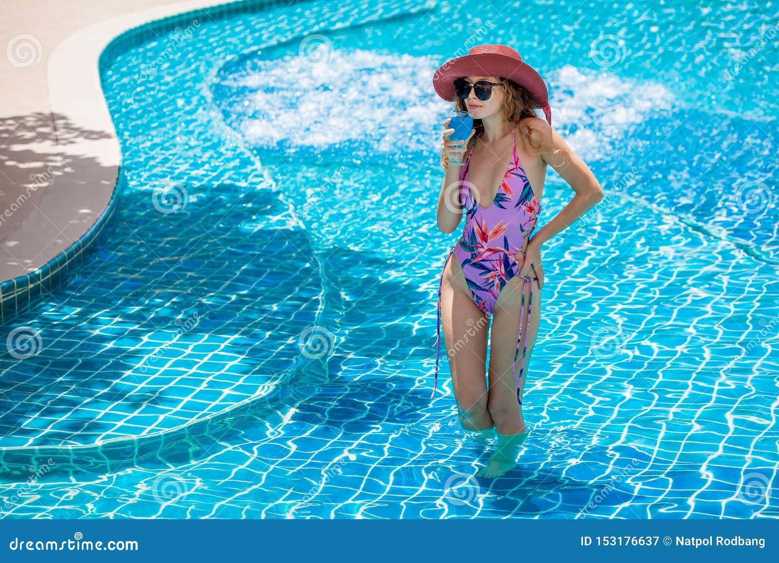 Bikini D'uso Della Bella Giovane Donna Sexy Con Gli ...