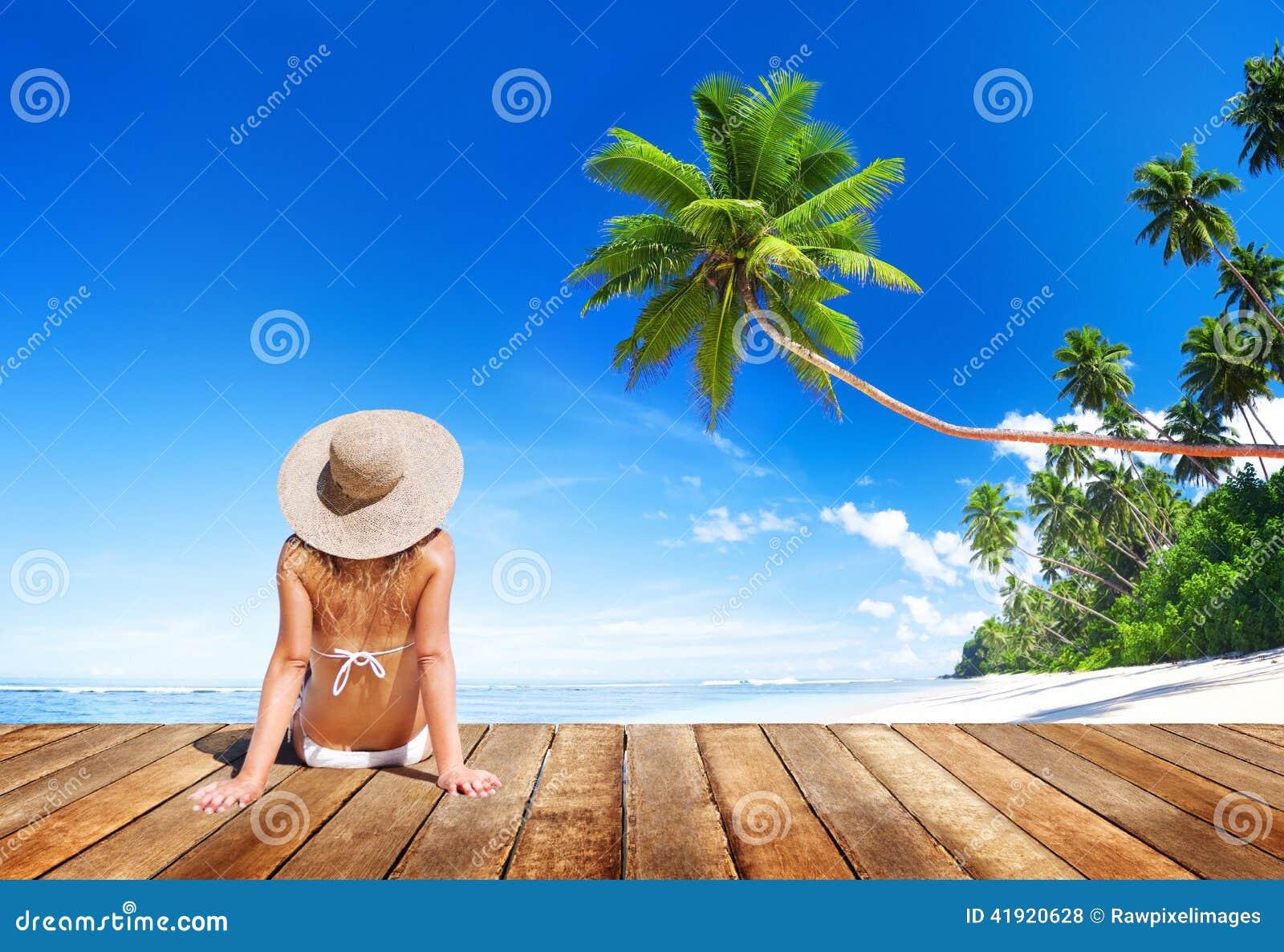 Bikini que lleva de la mujer en vacaciones de verano
